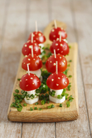 Toadstools made from cherry tomatoes and mozzarella, with sliced chives and spots of mayonnaise 22199080643| 写真素材・ストックフォト・画像・イラスト素材|アマナイメージズ