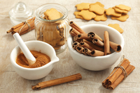 Cinnamon sticks, ground cinnamon and gingerbread biscuits 22199080714| 写真素材・ストックフォト・画像・イラスト素材|アマナイメージズ
