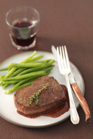 Beef steak with red wine sauce and green beans