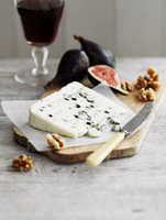 Roquefort with walnuts and figs, a glass of red wine 22199080797| 写真素材・ストックフォト・画像・イラスト素材|アマナイメージズ