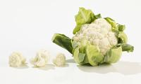 A whole cauliflower and florets 22199081465| 写真素材・ストックフォト・画像・イラスト素材|アマナイメージズ