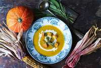 pumpkin soup for Halloween with indian corn 22199081665| 写真素材・ストックフォト・画像・イラスト素材|アマナイメージズ