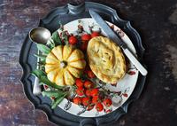 a Halloween pumpkin pie on a vintage platter 22199081666  写真素材・ストックフォト・画像・イラスト素材 アマナイメージズ