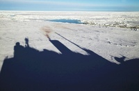 Shadow of icebreaker on ice floes, showing smoke from funnel 22206001923| 写真素材・ストックフォト・画像・イラスト素材|アマナイメージズ