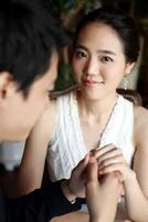 Man Proposing To A woman 22215000501| 写真素材・ストックフォト・画像・イラスト素材|アマナイメージズ
