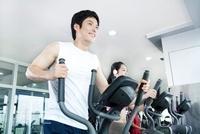 People Exercising At Gym 22215000630| 写真素材・ストックフォト・画像・イラスト素材|アマナイメージズ