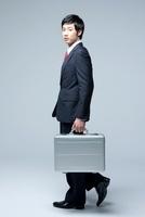Young Businessman Holding Briefcase 22215000842| 写真素材・ストックフォト・画像・イラスト素材|アマナイメージズ