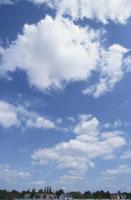 青空と雲と街並み