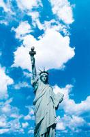 青空と自由の女神 22257000838| 写真素材・ストックフォト・画像・イラスト素材|アマナイメージズ