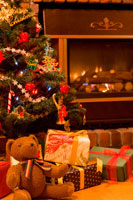 暖炉の前のプレゼントとクリスマスツリー