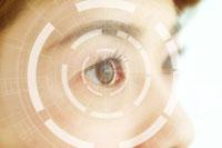 人物の目とネットワークのイメージ