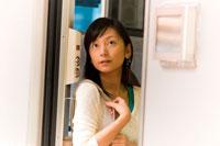 電車から外を眺めるの女性 22276002193| 写真素材・ストックフォト・画像・イラスト素材|アマナイメージズ