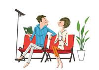リビングのソファに座るカップル
