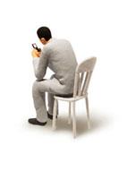 携帯電話を見るビジネスマンの立体