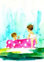庭のプールで水遊びをする子供