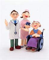 医者と看護師と車椅子のおばあさん イラスト