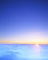 山並みと朝日