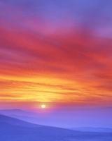 朝日と山並み