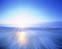 海と朝日 22320009783| 写真素材・ストックフォト・画像・イラスト素材|アマナイメージズ