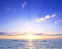 海と朝日と光芒 22320009788| 写真素材・ストックフォト・画像・イラスト素材|アマナイメージズ