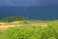 丘陵地の畑と落雷
