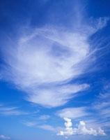 わた雲とすじ雲 22320012141| 写真素材・ストックフォト・画像・イラスト素材|アマナイメージズ