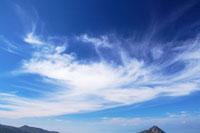 すじ雲と笠岳方向の山並み 22320012146| 写真素材・ストックフォト・画像・イラスト素材|アマナイメージズ