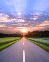 道路走行と夕日と光芒