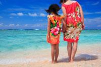 渚に立つ娘と母親