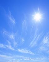 すじ雲と太陽 22320015487| 写真素材・ストックフォト・画像・イラスト素材|アマナイメージズ
