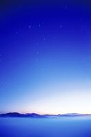 浅草岳方面の山並と北斗七星