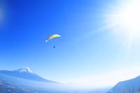 富士山とパラグライダーと太陽