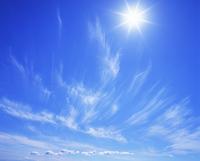 すじ雲と太陽 22320016095| 写真素材・ストックフォト・画像・イラスト素材|アマナイメージズ