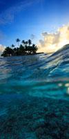 ジープ島と朝日の光とサンゴ礁
