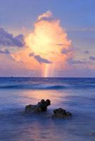 入道雲と雷と虹と岩礁とウェンヌ島夕景