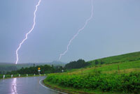 王ヶ頭と美しの塔に落ちる雷と雨の道路