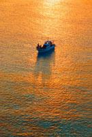朝の輝く海とボート
