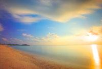 朝日と海と流れ動く雲