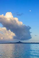 朝の月と伊江島と雷