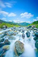 白馬連峰と松川の清流と流れる雲