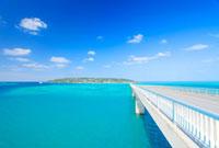 古宇利大橋と古宇利島 22320028847| 写真素材・ストックフォト・画像・イラスト素材|アマナイメージズ