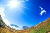紅葉と白馬岳と白馬三山と太陽 22320028949| 写真素材・ストックフォト・画像・イラスト素材|アマナイメージズ
