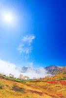 紅葉と白馬岳と白馬三山と太陽 22320028952| 写真素材・ストックフォト・画像・イラスト素材|アマナイメージズ