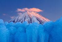 氷瀑と夕景の紅富士