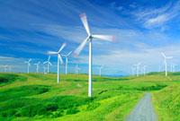 風力発電の風車と丘と道路と利尻岳