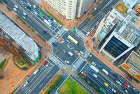 富坂上交差点と自動車と歩行者