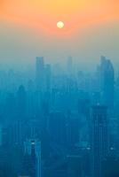 黄浦区のビル群と夕日
