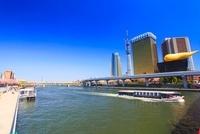 遊覧船と東京スカイツリーと隅田川と桜とビル群 22320033141| 写真素材・ストックフォト・画像・イラスト素材|アマナイメージズ