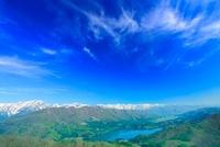 新緑の青木湖と白馬連峰など北アルプスの山並み 22320033605| 写真素材・ストックフォト・画像・イラスト素材|アマナイメージズ