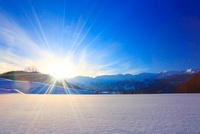 夕日と雪原と白馬連峰など北アルプスの山並み 22320033677| 写真素材・ストックフォト・画像・イラスト素材|アマナイメージズ